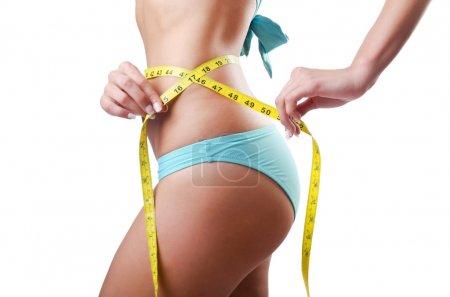 Photo pour Jeune femme avec centimetr dans le concept de perte de poids - image libre de droit