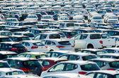 Toskánsko, Itálie - 27 června: nová auta zaparkovaná na distribuční centrum