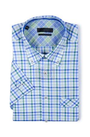 Bonita camisa masculina aislada en el blanco