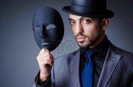 Photo pour Homme avec masque noir en studio - image libre de droit