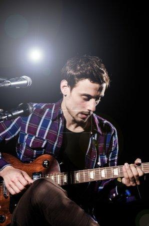 Photo pour Homme jouant de la guitare pendant le concert - image libre de droit