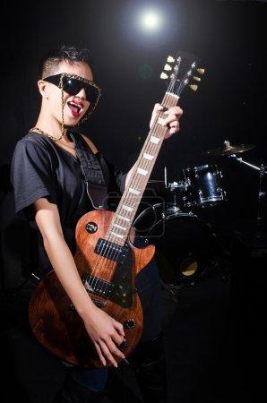 Photo pour Guitariste pendant le concert - image libre de droit