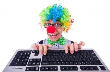 Photo pour Homme drôle avec perruque de clown sur blanc - image libre de droit