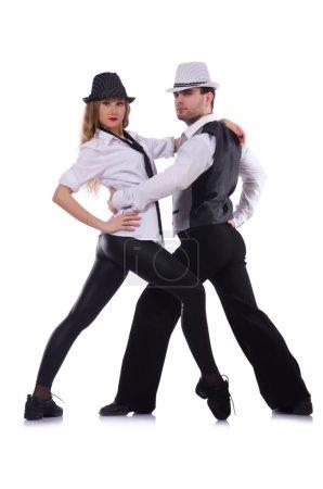 Photo pour Paire de danseurs dansant des danses modernes - image libre de droit