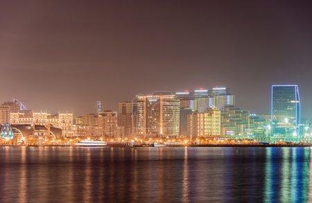 Photo pour Skyline nocturne de Bakou Azerbaïdjan - image libre de droit
