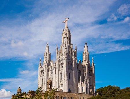 Photo pour Statue de Jésus Christ (par Josep Miret) à l'église Expiatoire du Sacré-Cœur de Jésus (Temple Expiatori del Sagrat Cor) sur le sommet du Mont Tibidabo à Barcelone, Catalogne, Espagne . - image libre de droit