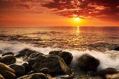 Naplemente, tenger felett