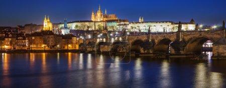 Photo pour Vue du pont moindre pont tour de charles à prague (karluv plus) la République tchèque. Ce pont est le plus ancien de la ville et une attraction touristique très populaire - image libre de droit