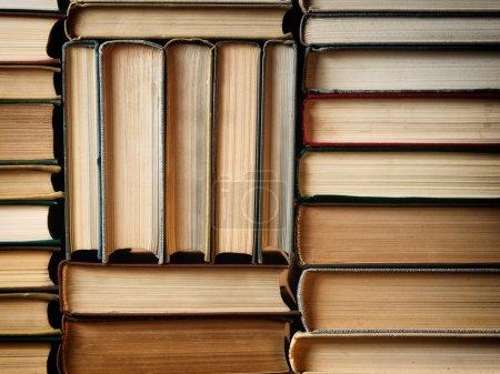 Photo pour Fond de concept fait de vieux livres disposés en piles étroites bien ordonnées - image libre de droit