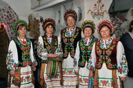 Photo pour Groupe folklorique ukrainien en costumes, Ensemble folklorique ukrainien - image libre de droit