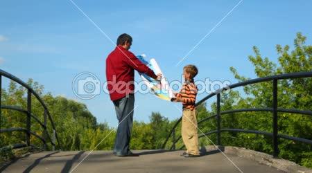 Muž s chlapcem rozvinutí mapu Evropy