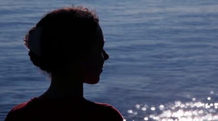 Silueta ženy otočil hlavu slunce vzory na vodu za