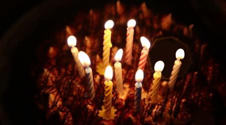 Všechno nejlepší k narozeninám dort s spirála svíčky, které jsou pak uhašen