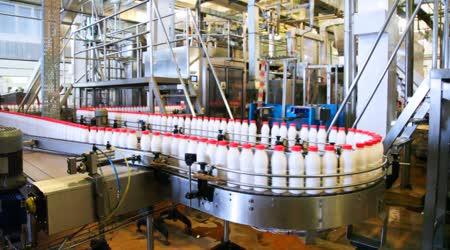 Láhve jogurt s nádražáci přesunout Dlouhá klikatá dopravníku v továrně