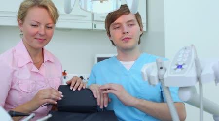Zdravotní sestra a lékař sedět a pak vrtací stroj
