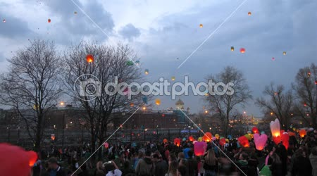 People start up heavenly small lanterns in Muzeon park