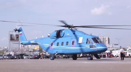 Vrtulník stojí na startu platformy na výstavě
