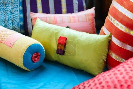 Photo pour Décoration d'intérieur avec les coussins de tissu coloré - image libre de droit