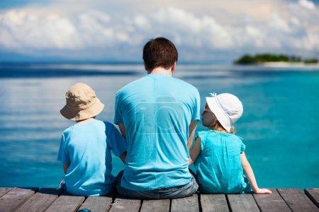 Ojciec i dzieci korzystających z widokiem na ocean