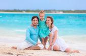 Rodina na tropické pláži dovolenou
