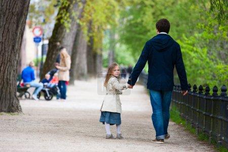 Photo pour Père et sa petite fille à l'extérieur en ville - image libre de droit