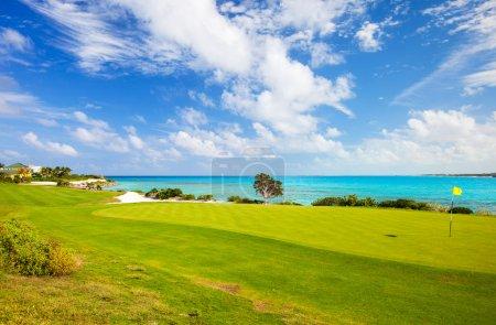 Photo pour Vue imprenable sur un parcours de golf côtier - image libre de droit