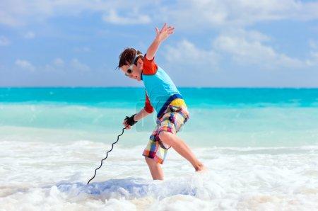 Foto de Niño de vacaciones divertirse haciendo surf en tabla de boogie - Imagen libre de derechos