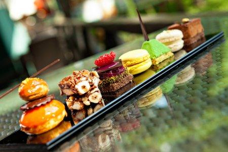 Photo pour Superbe vue des différents gâteaux et biscuits, a servi en plein air - image libre de droit