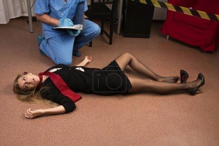 Photo pour Médecin légiste recueillir des preuves dans une scène de crime (imitation) - image libre de droit