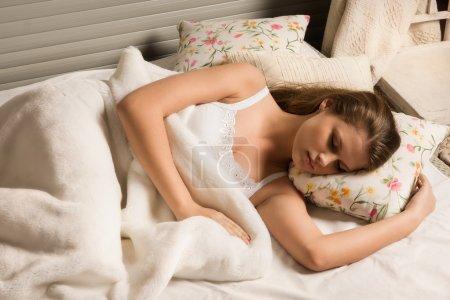 Foto de Linda chica dormir en la cama - Imagen libre de derechos