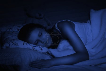 Foto de Chica bonita rubia durmiendo en la cama - Imagen libre de derechos