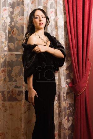 Foto de Joven morena elegante en un lujoso interior. - Imagen libre de derechos
