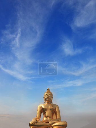 Photo pour Le fameux Triangle d'Or. Statue de Bouddha doré qui brille au soleil. Place sur le Mékong, qui borde trois pays - Thaïlande, Myanmar et Laos . - image libre de droit