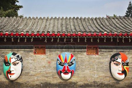 les masques peints énormes