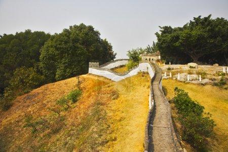 la copie réduite de la grande muraille de Chine dans le parc