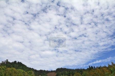 Photo pour Ciel nuageux énorme sur les collines d'automne - image libre de droit
