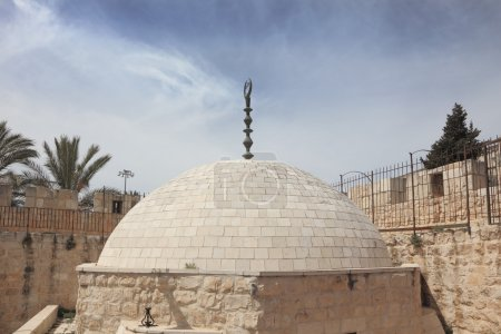 Photo pour Marchez le long des murs de l'ancienne Jérusalem. Le dôme de la mosquée avec le croissant musulman sur le dessus . - image libre de droit