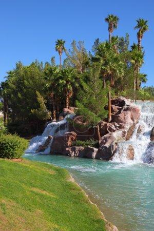 Photo pour Oasis dans le désert. Magnifique cascade tombe dans le centre touristique - image libre de droit
