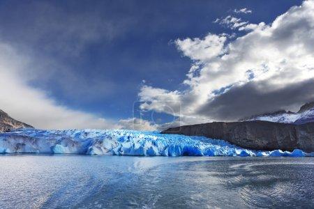 Photo pour Patagonie chilienne. Parc national Torres del Paine. Lac et Glacier Gray. Le vent violent et le soleil froid sur la glace bleue - image libre de droit