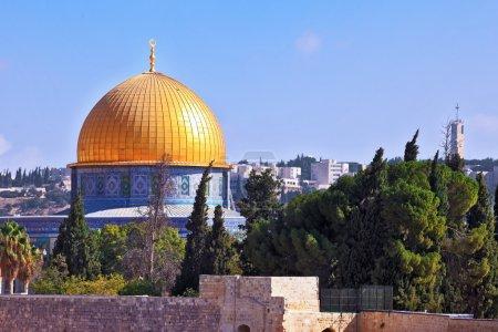 Foto de Mezquita de la cúpula dorada del Califa omar brilla bajo el sol matutino. - Imagen libre de derechos