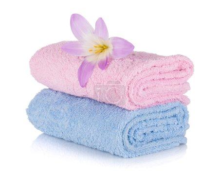 Photo pour Serviettes roses et bleues et fleur. Isolé sur fond blanc - image libre de droit