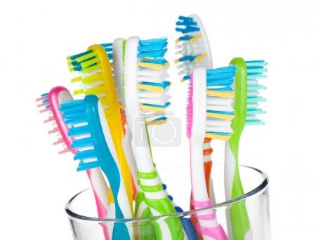 Photo pour Brosses à dents colorées en verre. Gros plan. Isolé sur fond blanc - image libre de droit