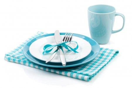 Photo pour Fourchette avec couteau, assiettes vierges, tasse vide et serviette. Isolé sur fond blanc - image libre de droit