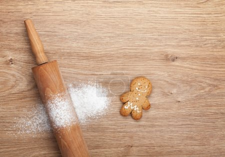 Rolling pin with flour and gingerbread cookie