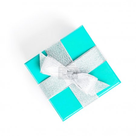 Foto de Niebieskie pudełko srebrny wstążką. na białym tle. widok z góry - Imagen libre de derechos