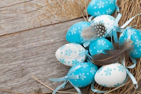 Photo pour Oeufs de Pâques sur fond de table en bois - image libre de droit