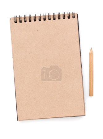 Photo pour Carnet en papier marron avec crayon. Isolé sur fond blanc - image libre de droit