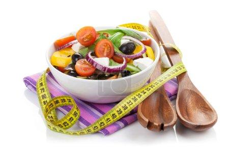 Photo pour Salade fraîche saine et ustensiles de cuisine. Isolé sur fond blanc - image libre de droit