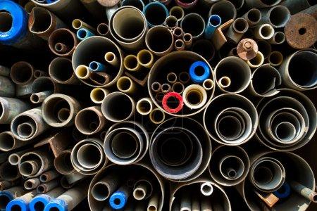 empilée fond de tubes et tuyaux en acier