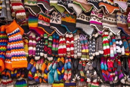 Calcetines, sombreros y guantes de lana de colores de fondo